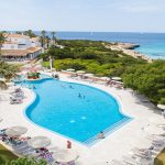 Grupotel Aldea Cala'n Bosch Hotel Menorca Pauschalreise Angebot günstig buchen Pool mit Blick auf den Strand und das Meer-min