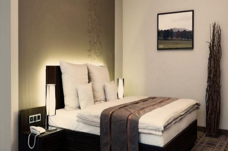 Berghotel Oberhof Deal Angebote günstig buchen Wellnesshotel im Thüringer Wald Schlafzimmer mit Doppelbett-min