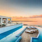 Abaton Island Resort & Spa Bilder luxuriöse Außenanlage mit Pool Meerblick und Sonnenliegen-min