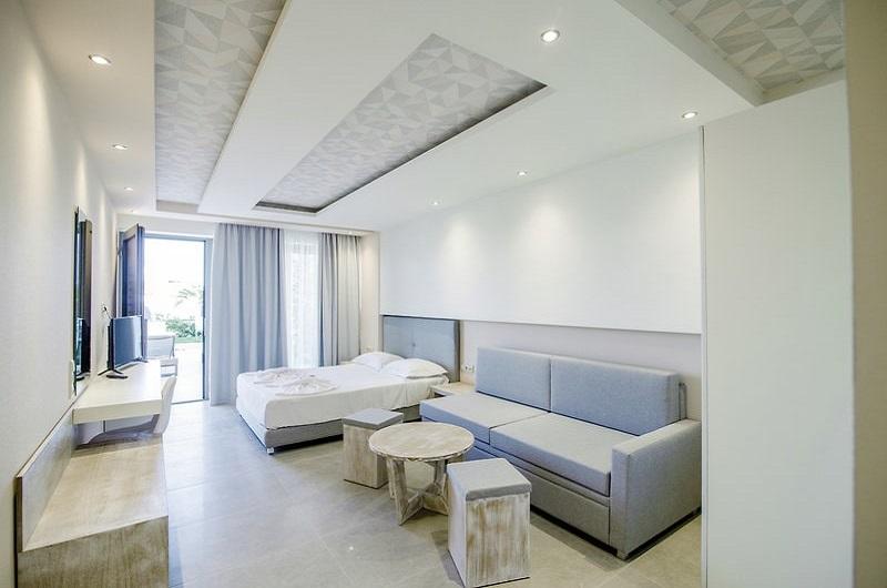 Aegean Infinity Deluxe Hotel Limenaria Thassos Bilder Geräumiges Zimmer mit Doppelbett und Couch-min