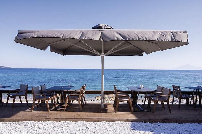 Aegean Infinity Deluxe Hotel Limenaria Thassos Bilder Strand mit Tischen und Stühlen-min