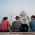 Backpacking Indien Personen vor dem Taj Mahal
