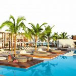 Sunprime Tamala Beach Kotu Beach Gambia Pauschalreise Außenansicht Pool mit Liegen und Palmen-min
