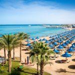 The Grand Hotel Hurghada Angebot Pauschalreise buchen Strand mit Liegen unter Palmen direkt am Sandstrand-min